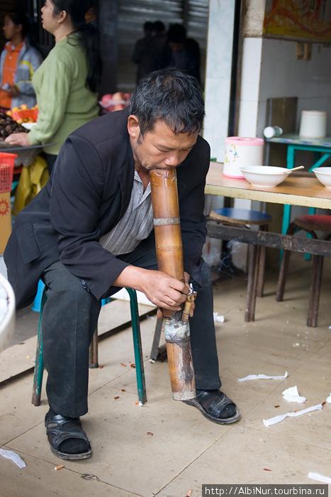 Традиционный китайский курительный прибор, что-то вроде бамбукового кальяна. С его помощью китайцы курят обычные сигареты, и делают это повсеместно, даже в автобусах.