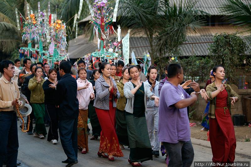 Застали мы на дороге и праздник. Мимо нас прошли музыканты и танцующие женщины, затем носильщики разномастных подарков, перекрыв на несколько минут движение на дороге. Китайцы обожают фейрверки и петарды, не обошлись они без них и здесь. На грохот петард и музыку собралась вся деревня.