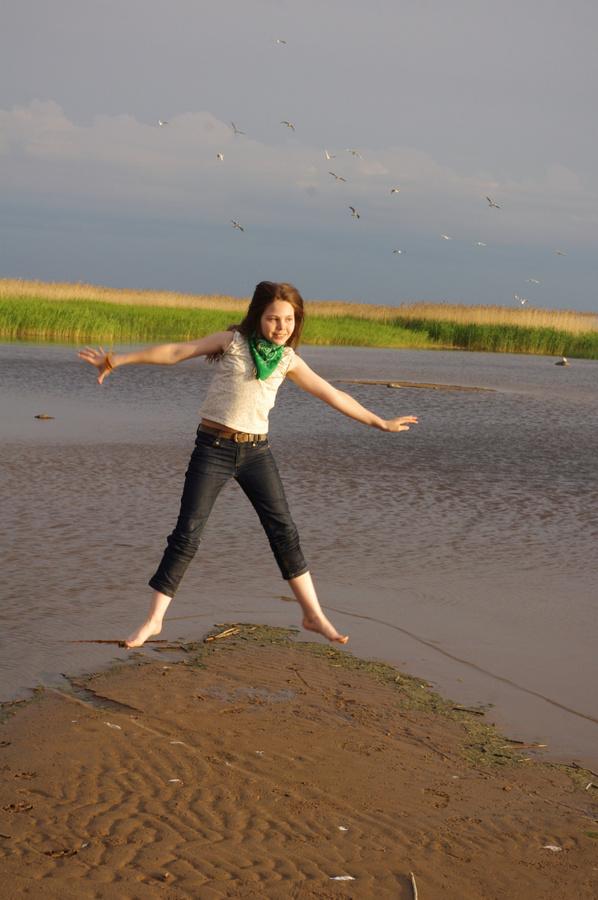 Моя сестрёнка.  Пожалуй, этот берег пробуждает в человеке естественность. А я очень люблю камыши, которые вины на заднем плане.  В них можно забраться и с другого пляжа. Лисий Нос, Россия