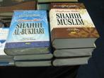 Очень толстые книги хадисов — историй и высказываний Пророка. Да и то не полные. Зато и с арабским, и с индонезийским текстом