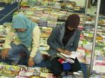 Посетительницы книжной выставки