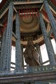 Большая статуя на горе.