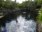 Куэва-де-лос-Песес. Эта впадина соединяется с морем, поэтому вода там соленая. Здесь здорово понаблюдать за цветными рыбками с маской, пока нет автобусов с туристами. А на дне пускают пузыри кучи аквалангистов!
