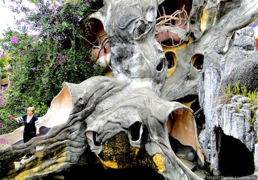 Запутанные лабиринты переходов замка, нависающие над посетителями  гигантской черепахой