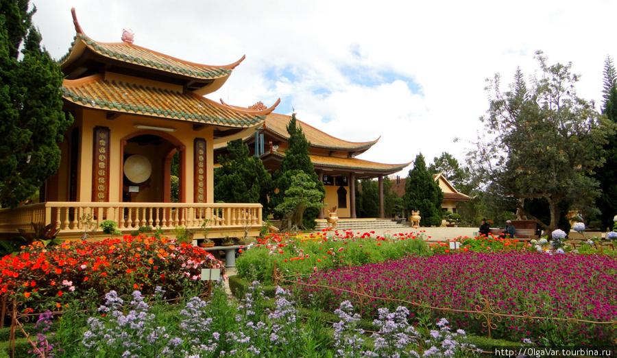 Китайская пагода Тхиенвиен, примечательная своими роскошными садами и мелодичной «музыкой ветра»
