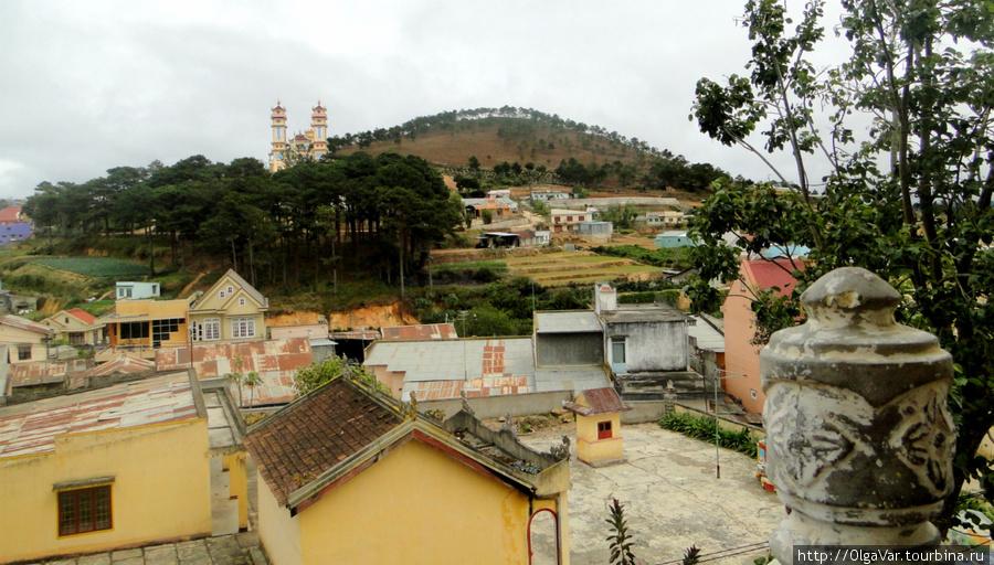 В Чаймате — примечательная пагода Линьфыок  в китайском стиле с мозаикой из осколков фаянса.