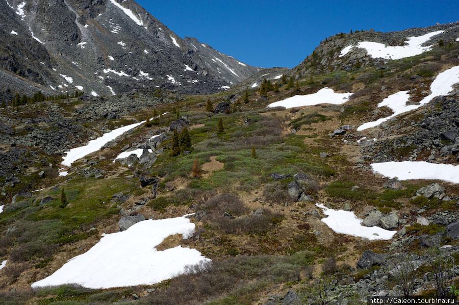 Снег придавал горам особый колорит