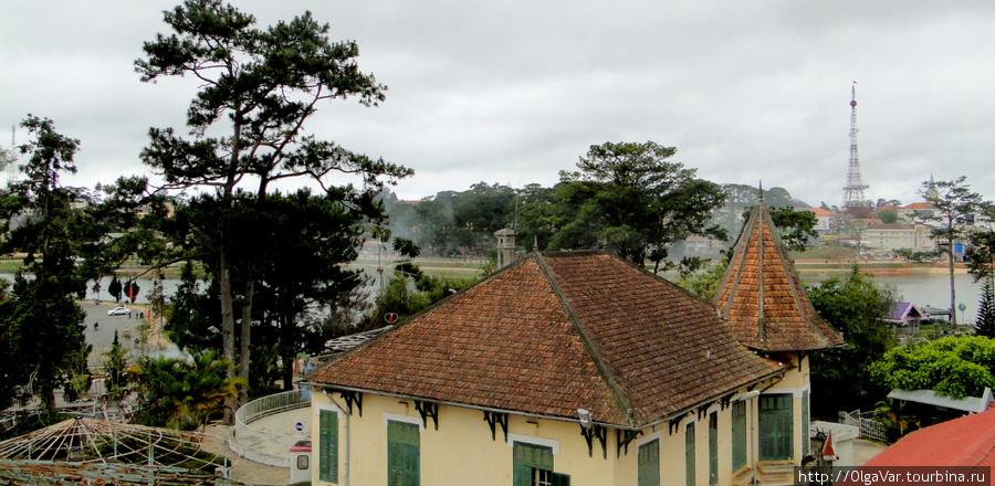 Вид на город. Вдали виднеется копия Эйфелевой башни