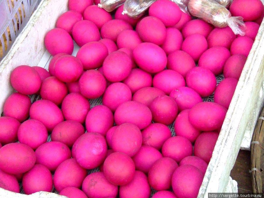 Яиц много везде иногда крашенные, хоть и не Пасха.