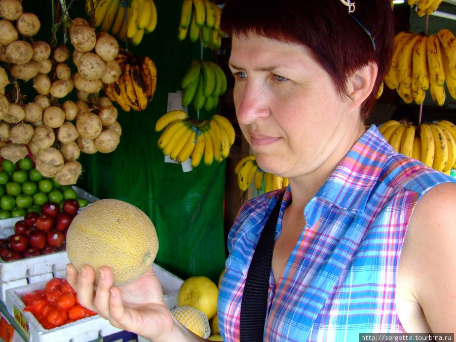 Мелкие дыни. Спелые внутри оранжевые цветом и очень сладкие. Вкус классический