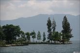Крутые внешние берега озера.