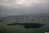 Прощальный взгляд на Пинанг. Слева аэропорт. Ближе к нам — маленький островок, на котором есть заброшенная колония для больных, кажется, туберкулёзом. Неинтересная.
