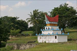 Часто такие сооружения стоят поодиночке на берегах озера.