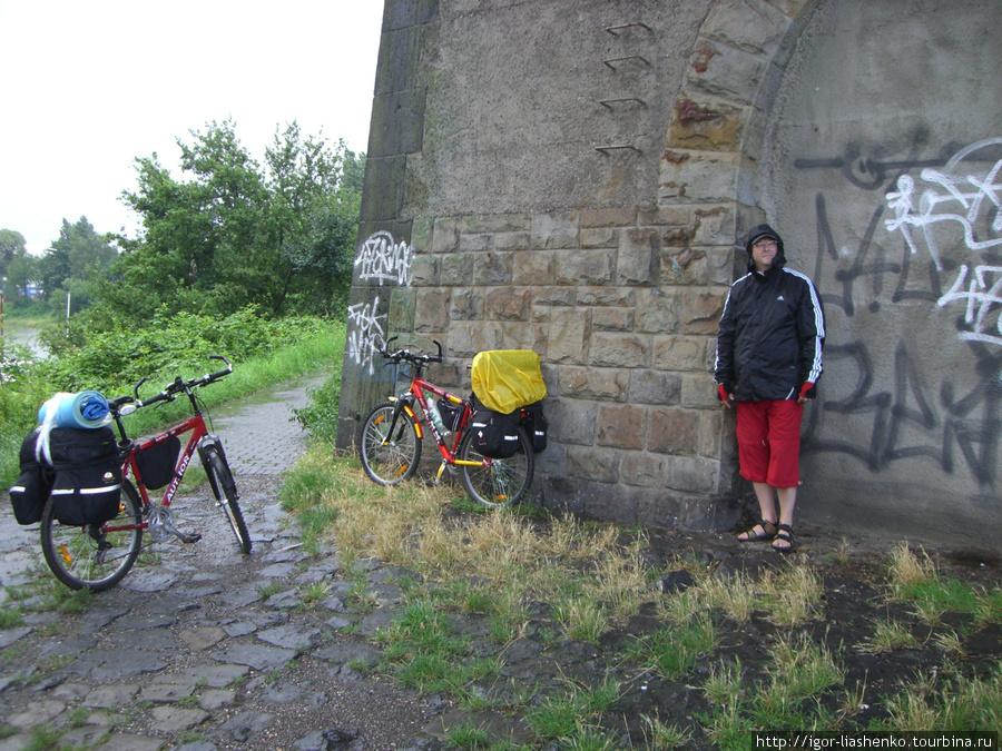 Дуйсбург — под мостом пережидаем дождь