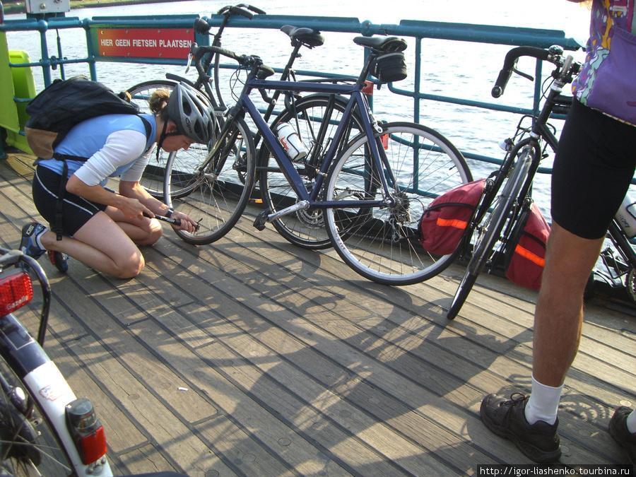 Девушка обратилась к Олегу с вопросом по-голландски, он ничего не понял и не отреагировал. Девушка принялась колесо подкачивать. Олег обрадовался, что ничего не понял, а то бы ему пришлось колесо качать...
