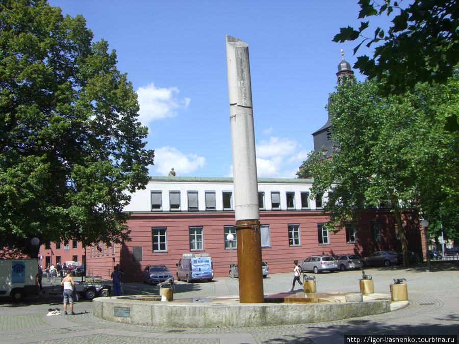 Дивный памятник сигарете (Трир)
