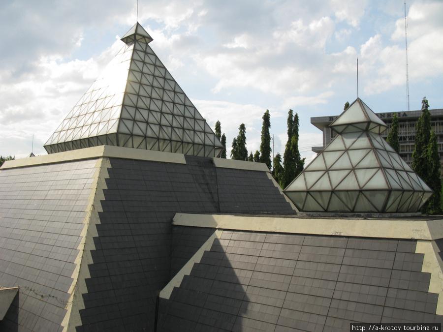 Пирамиды — но не египетские! А пахлаванские! В них — музей Сурабайя, Индонезия