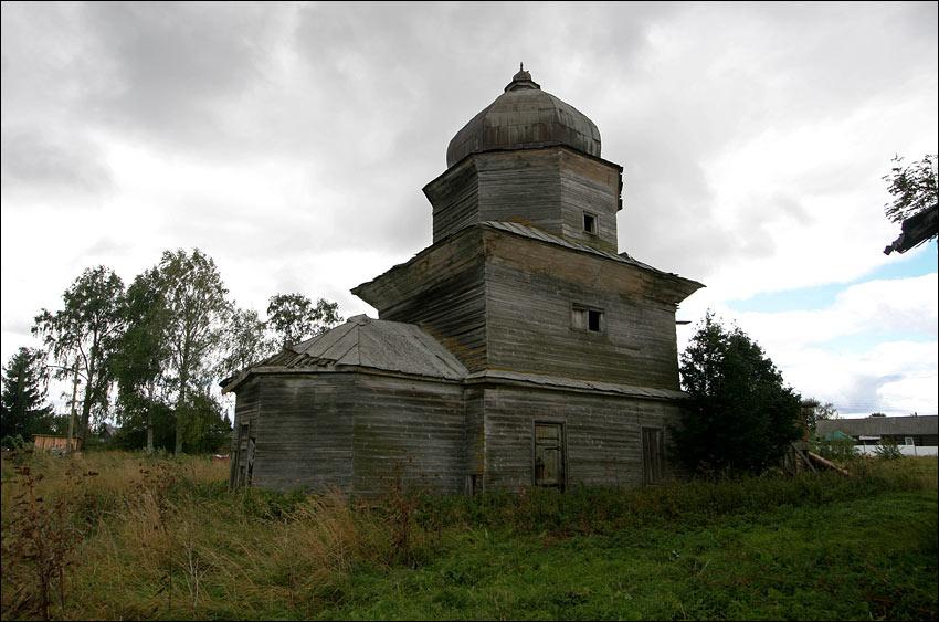 Деревянные церкви в глуши.