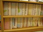 В книжном магазине = много карт и путеводителей (на индонезийском)
