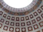 Парадный зал. Фрагмент потолка. Архитектор Львов хотел, чтобы парадный зал был светлым, и мечтал сделать открытый купол, но так как при российском климате воплотить эту идею в жизнь невозможно, он придумал выкрасить верхний купол в небесно-голубой цвет, таким образом, у гостей создавалась иллюзия безоблачного неба над головой.