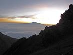 Около 6 утра. Рассвет начался неожиданно. Сейчас солнце выйдет из-за Килиманджаро.