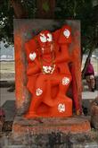 Зализанные индуистские статуи.