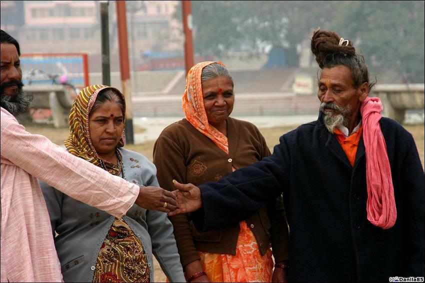 Индийцы тоже любят фотографироваться с садху. Харидвар, Индия