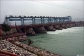 В город попадает лишь некоторая часть Ганги, которая разделяется на протоки многочисленными плотинами.