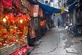 Если видите лотки с красно-золотыми тряпками и лентами, то впереди обязательно будет индуистское место.