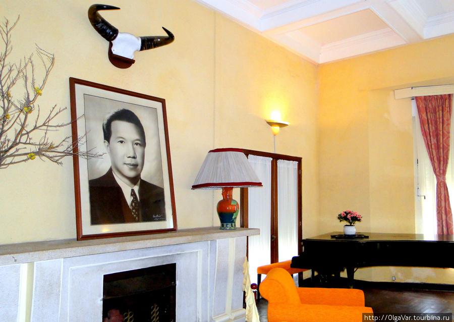 Гостиная. На камине  очень удачно под рогами расположен портрет Бао Дая.