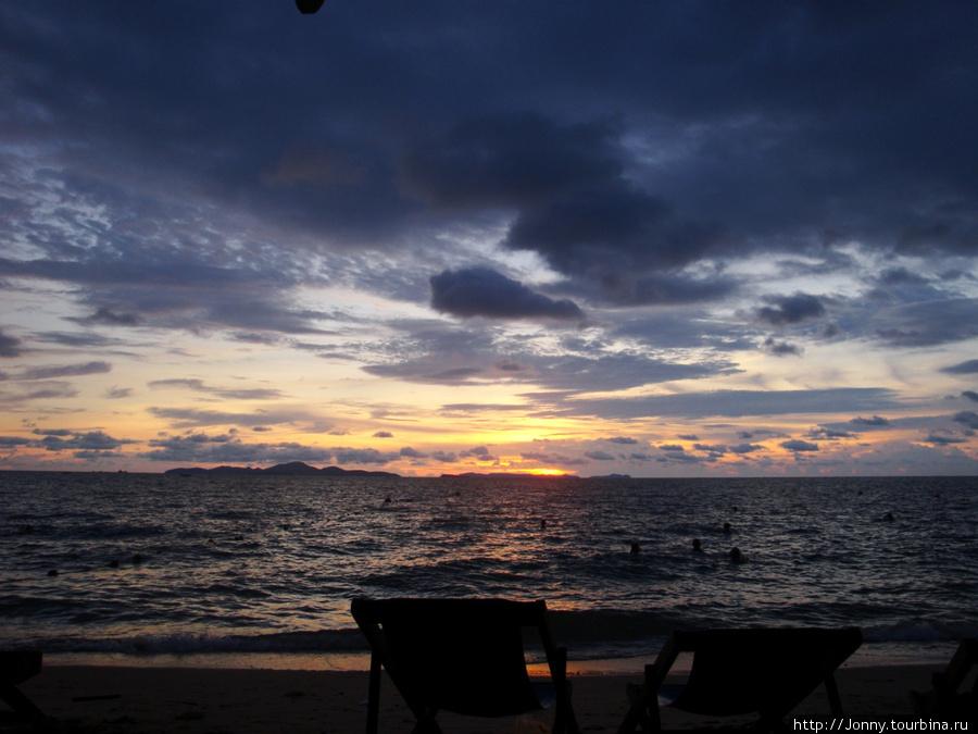Пляж у отеля (на закате)