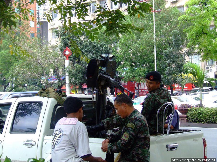 У американского посольства в Маниле