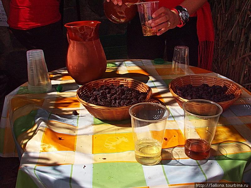 слева вино из винограда,