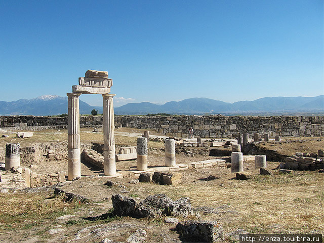 Сразу за южными воротами — руины Гимназиона. Здесь жители укрепляли дух и развивали тело.
