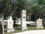 Экспонаты археологического музея — надгробия из региона Денизли, 2 в. н.э. Правое украшено сценой  пиршества.