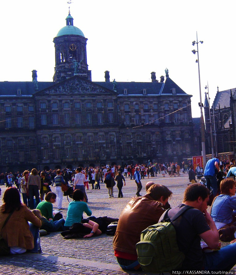 The Magna Plaza расположен за дворцом Королевы