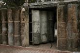 Такие ворота из бочек, залитых бетоном нельзя обделить вниманием. Сторонники теории БП могут брать идею на вооружение.