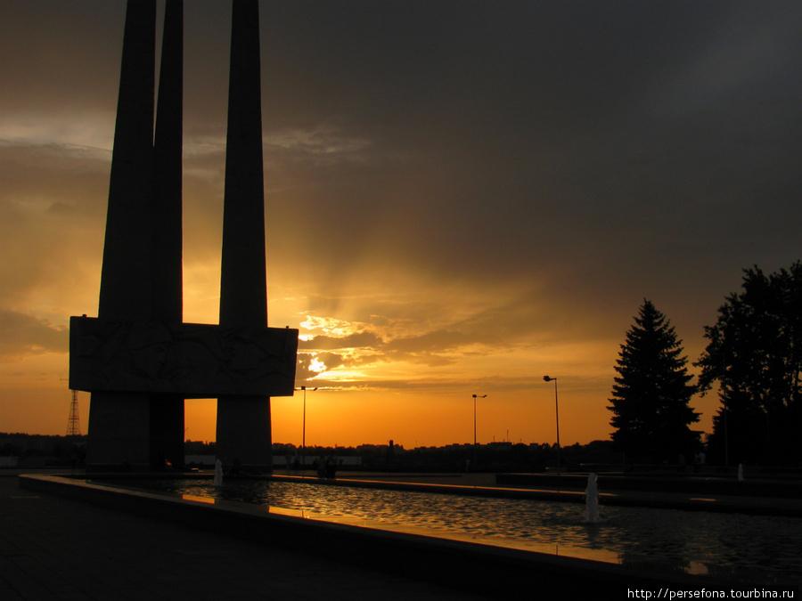 «Три штыка» Мемориальный комплекс в честь воинов-освободителей на пл. Победы, создан в 1974, включает площадь мемориала, 2 фонтана, 10 пилонов и главный монумент