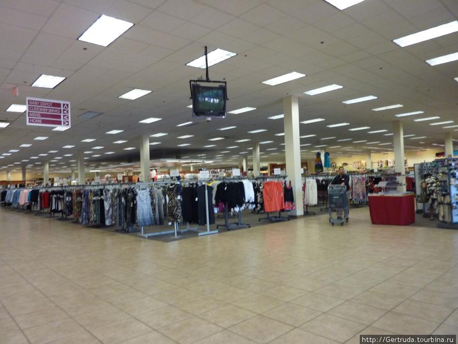 Внутри магазина одежды