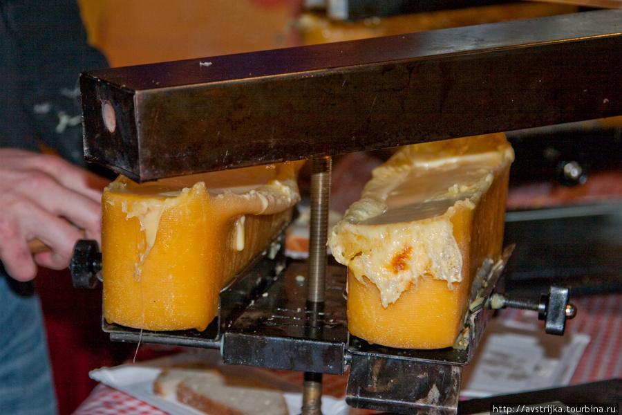 сыр жарится в специальной раклетнице