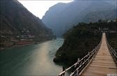 Зелёная вода, подвесные мостики... Местами похоже на долину Бзыби в Абхазии, увеличенную в несколько раз.
