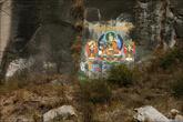 Аккуратные росписи на скалах. Это Гуру Ринпоче.