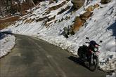 Дорога отличная, потому что никуда не ведёт и заканчивается через 500 метров. На солнце сухо, в тени лёд.