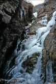 В одном из ущелий нашёл огромный замёрзший водопад. Это один из каскадов.