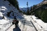 Через день после приезда в Манали, я поехал в разведку по окрестностям, в том числе и к перевалу Ротанг. Доехал до Мархи, и повернул обратно — темнело, да и выехал я налегке, ни камеры, ни тёплых вещей. В принципе, можно было доехать почти до самого перевала. А через несколько дней прошёл снегопад и дорога стала непроезжей. Чёрные проплешины это лёд, а не асфальт. В горку по такой дороге я заехать уже не смог.
