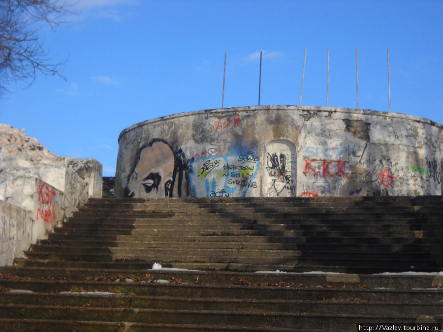 Испохабленные лестница и смотровая площадка