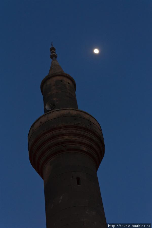 Старые районы Шанлыурфы ночью Шанлыурфа, Турция