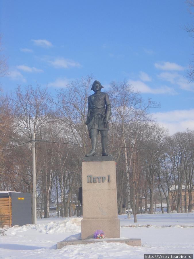 Памятник среди снега