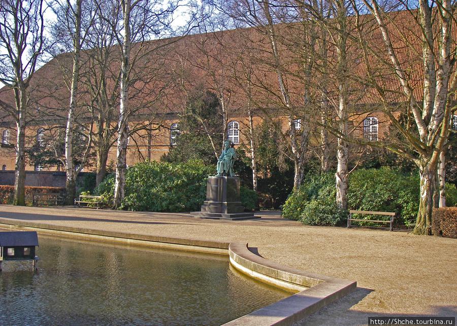 во дворе  Christiansborg Palace