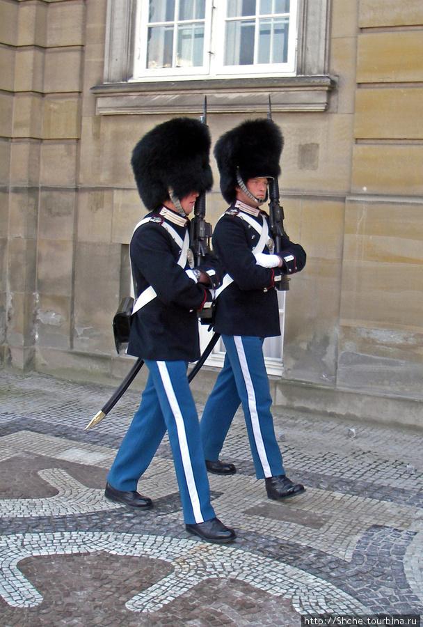 Перед королевским дворцом публичная площадь, но к стенам нельзя приближаться на расстояние вытянутой руки.